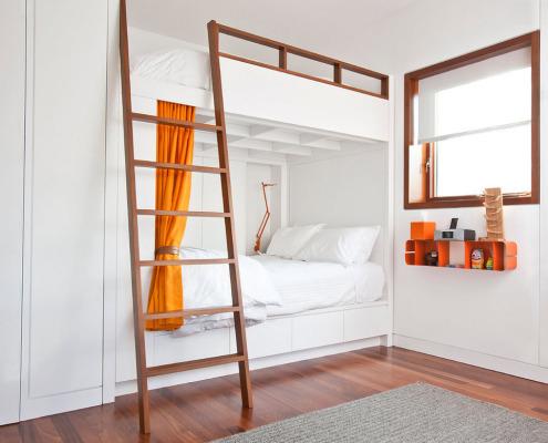 Белая двухъярусная кровать с коричневой лесенкой