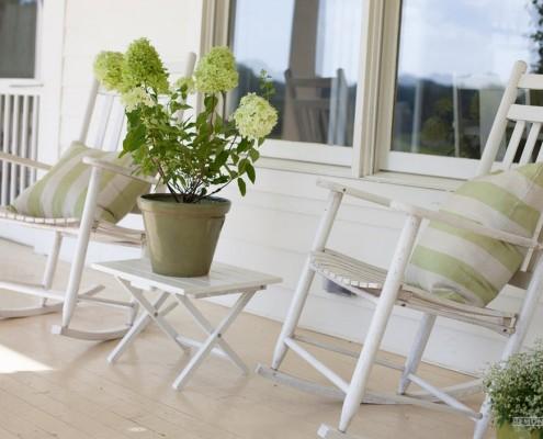 Белые кресла-качалки на веранде