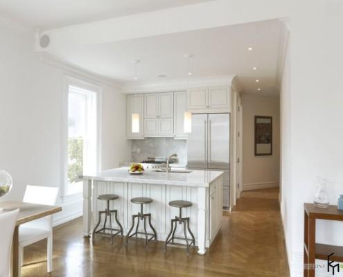 Белая мебель в кухне-прихожей