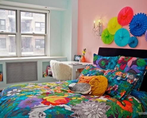 Разноцветное покрывало на кровати в спальне