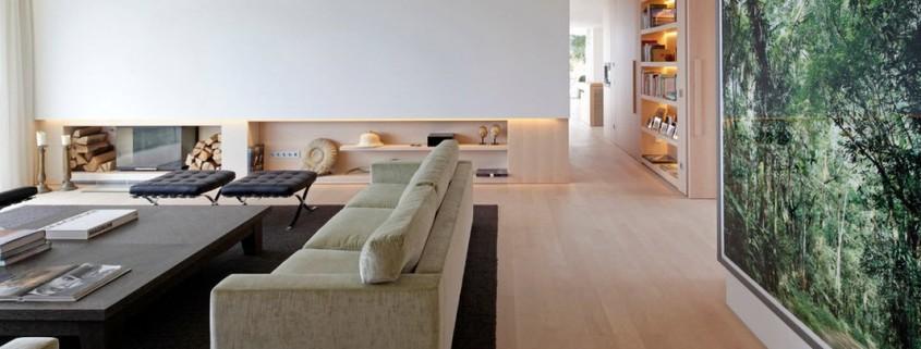 Фотообои с пейзажем и черный ковер на полу в гостиной