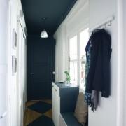 Темный потолок и дверь в коридоре