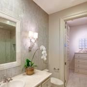 Светлая ванная комната в камне