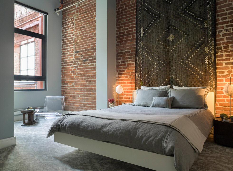 Спальня с яркой стеной у изголовья
