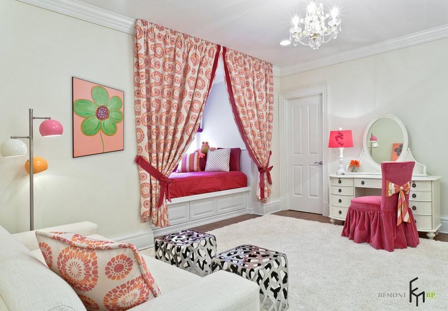 Розовый абажур и стул с бантом возле туалетного сттолика