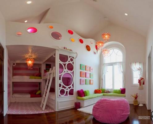 Розовое кресло-пуфик в детской
