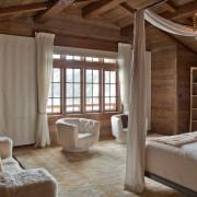 Белые шторы в спальне в загородном доме