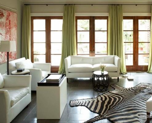 Просторная комната с зелеными шторами