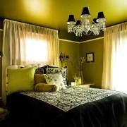 Зеленоватый свет от люстры в спальне
