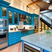 Яркий кухонный гарнитур - простой способ сделать кухню эффектной