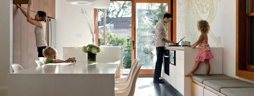 Глянцевый стол на кухне