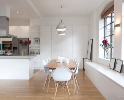 Овальный стол с белыми стульями в кухне