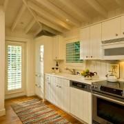 Стилизованная кухня-прихожая в доме из бруса