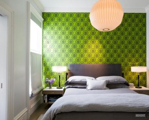 Зеленая акцентная стена в спальне