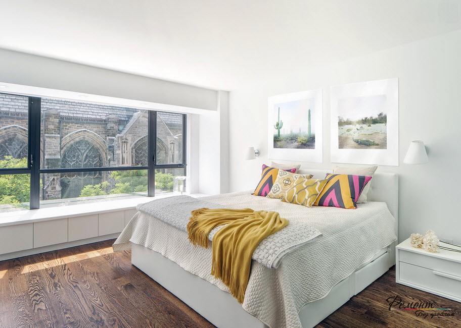 Яркие подушки в светлой комнате