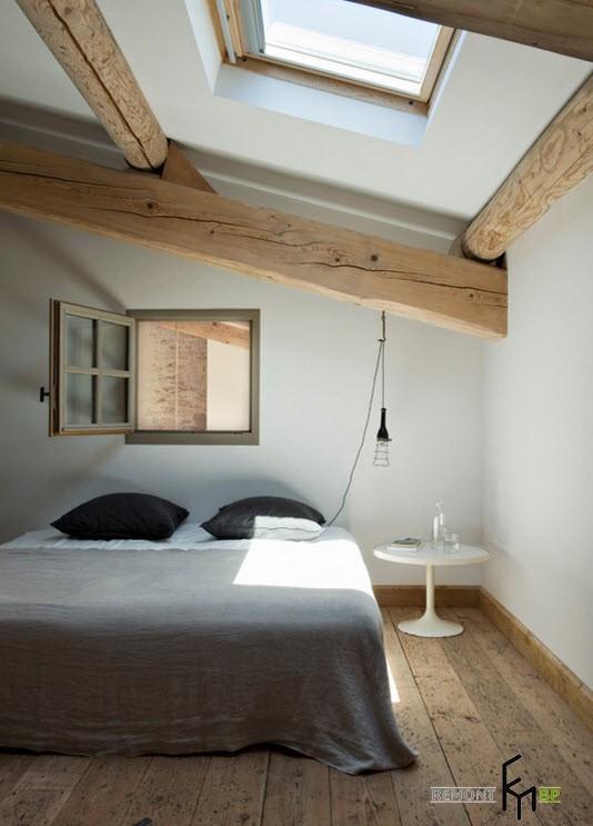 Две черные подушки на белой кровати