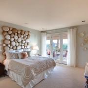 Светлая спальня с элементами декора