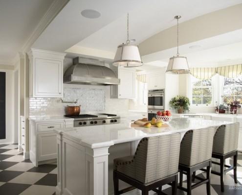 Черно-белый кафель на полу кухни