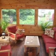 Красные подушки на деревянных креслах