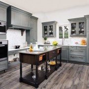 Серый ламинат на полу кухни