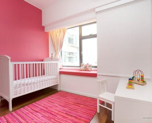 Красная стена и ковер в детской комнате