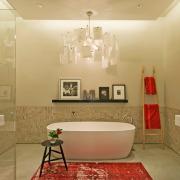 Оттенки красного на коврике в ванной