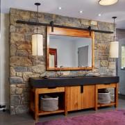 Зона раковины и зеркала выделена отделкой из крупного камня