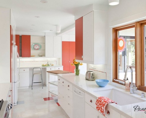 Белый цвет как основной фон для яркой кухни