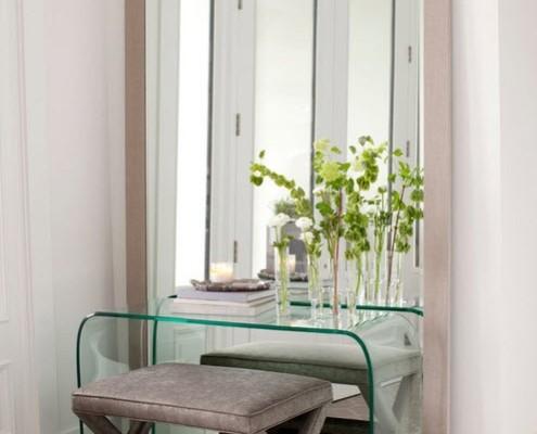 Прозрачный туалетный столик перед зеркалом