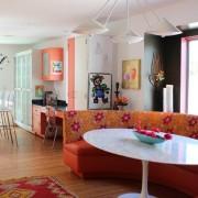 Яркая мебель в интерьере кухни