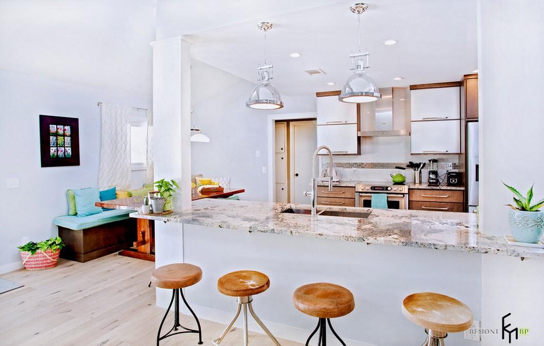 4 барных стула с деревянными сиденьями в кухне