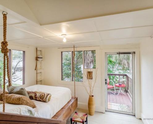 Подвесная кровать в белой прихожей
