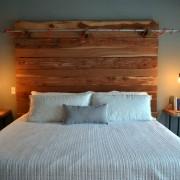 Необычный прикроватный светильник на деревянной основе