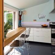 Светлая тёмная кухня у окна на кухне