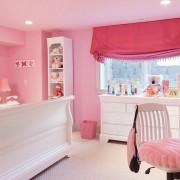 Розовые стены и потолок в комнате