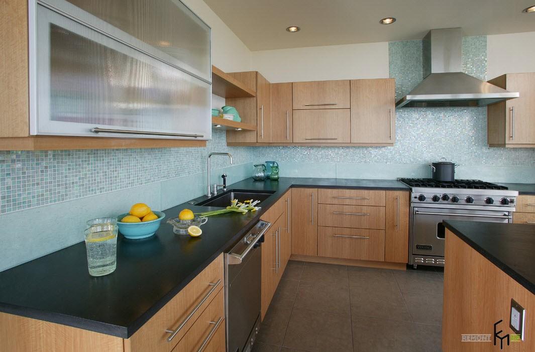 Плитка цвета лазури на кухне