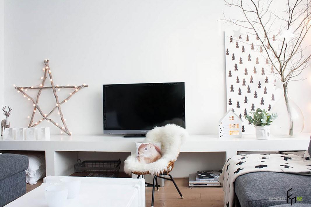 Звезда из деревянных прутьев рядом с телевизором