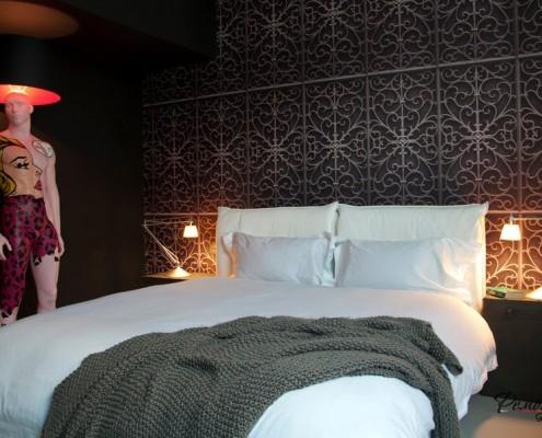 Оригинальный светильник рядом с кроватью