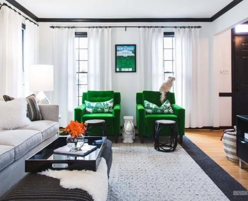 Ярко-зеленые кресла в зале