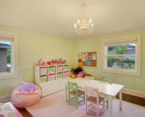 Бледно-розовое кресло-мешок на фоне зеленых стен