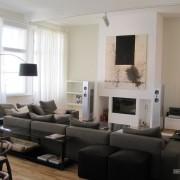 Эффектный интерьер гостиной с белыми шторами
