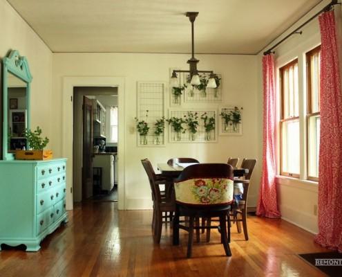 Пестрые красные шторы в кухне