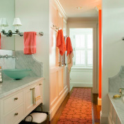 Красный ковер в ванной