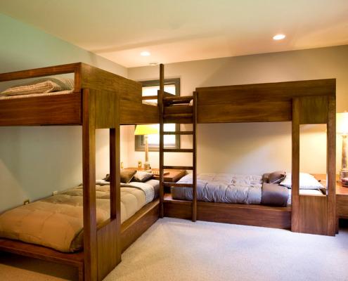Угловая деревянная двухъярусная кровать