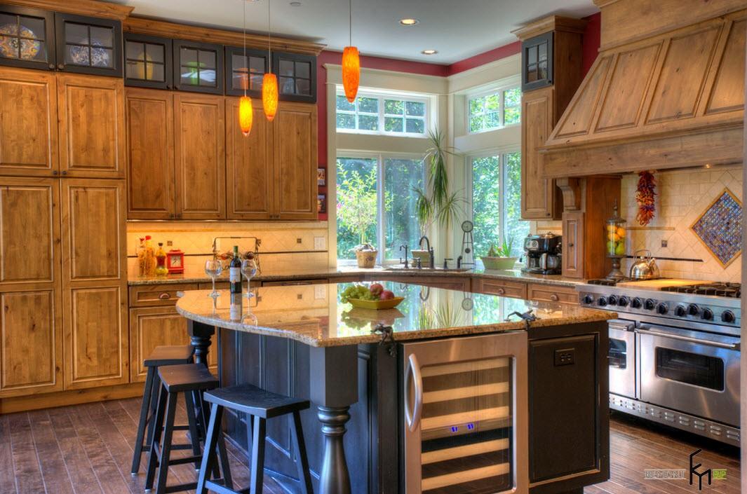 Угловое окно на кухне между деревянными шкафами