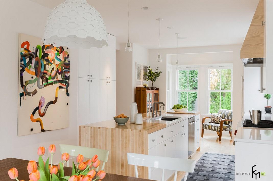 Тюльпаны в вазе на кухне