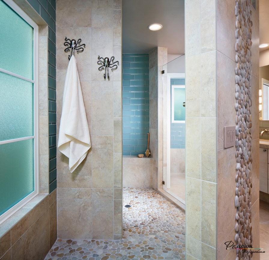 Красивая ванная комната с напольным покрытием из камня