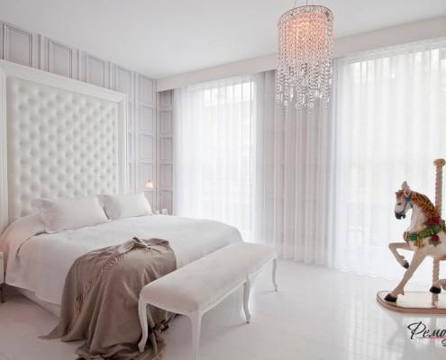 Хрустальная люстра в спальной комнате