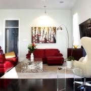 Кожаные красные диваны в гостиной