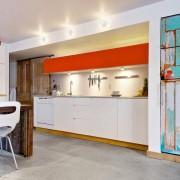 Яркий контраст в коридоре , совмещенном с кухней